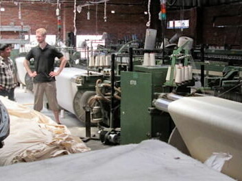Talking with a factory owner: The textile factories have been badly hit by power cuts. (Photo: private)