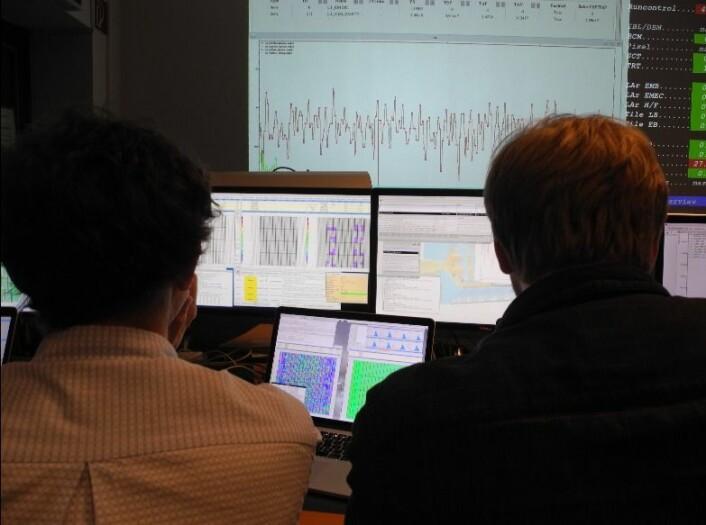 Forskere følger med på og analyserer hva som skjer i partikkelakseleratoren. (Foto: Atlas Collaboration)