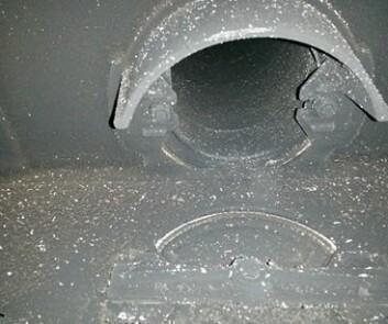 Som regel må man fjerne brennplatene i ovnen for å komme til i røykrøret. Det trenger også feiing med jevne mellomrom. (Foto: Sintef)