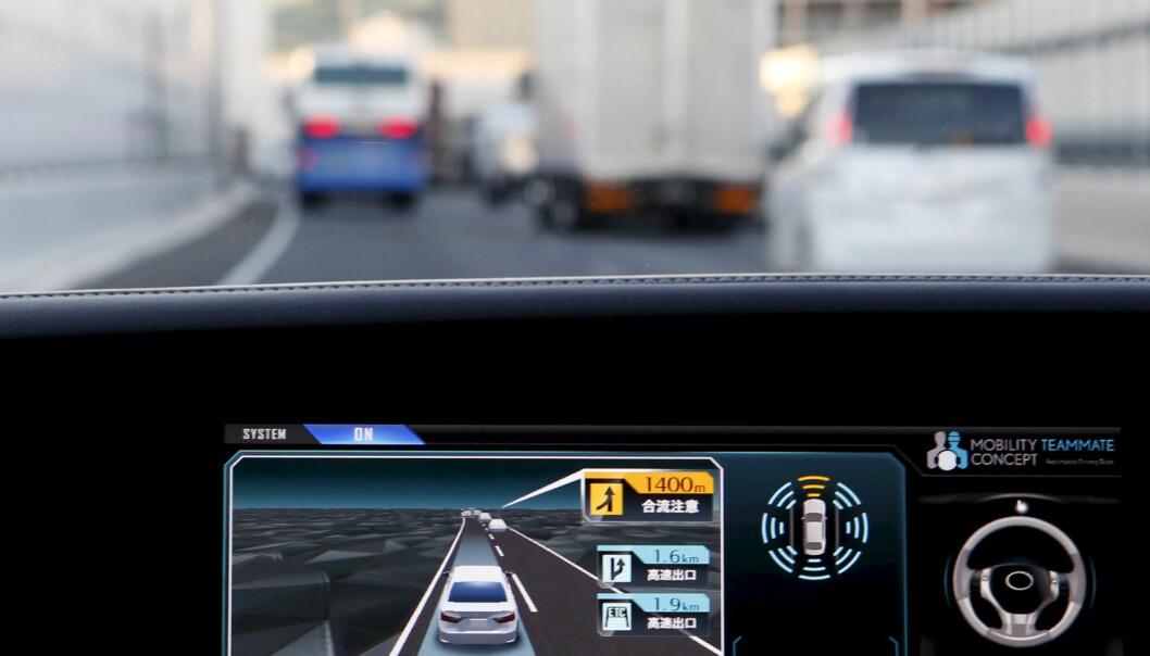 Selvkjørende biler krever et markert hopp til en mer avansert bildegjenkjenning, ifølge lederen for ett av de ledende firmaene som utvikler utstyret. Rimelige kameraer og dyp læring gjør systemene billigere og bedre istand til å take den kaotiske virkeligheten foran panseret. Her vises forsøk med en selvkjørende bil fra Toyota, 8. oktober 2015. Toyota planlegger å selge de første selvstyrende bilene i 2020, ifølge Reuters. (Foto: Reuters/Yuya Shino)
