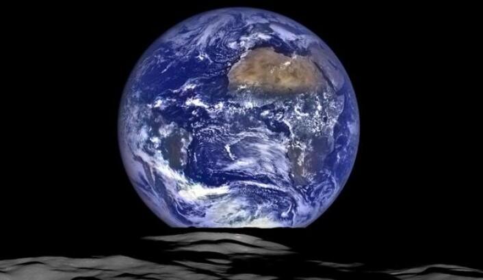 Hmmm, hvordan kommer det til å gå med jordkloden? Her sett fra NASAs Lunar Reconnaissance Orbiter, som går i bane rundt Månen. (Bilde: NASA/Arizona State Univ.)