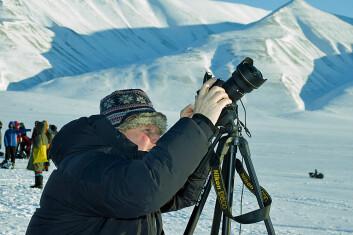 Blikket, kamera og instrumentene rettet mot himmelen – slik tilbrakte Pål Brekke og de andre forskerne store deler av formiddagen. (Foto: Georg Mathisen)