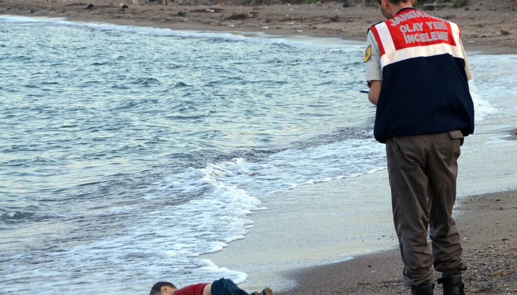 Tre år gamle Alan Kurdi omkom da båten som skulle ta ham fra Tyrkia til Hellas kantret. Han ble et symbol på flyktningkrisen. (Foto: Nilufer Demir/AP)