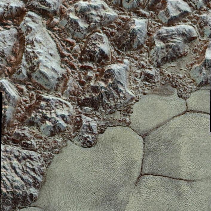 Det flate området kalles Sputnik Planum, og fjellkjeden heter al-Idrisi. (Foto: NASA/JHUAPL/SwRI)