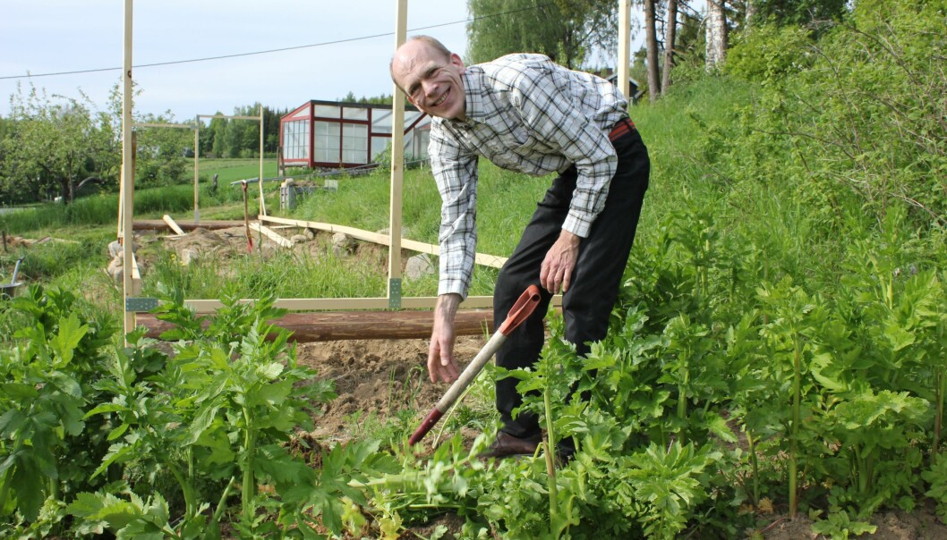 Med en avbrutt doktorgrad har det vært vanskelig for Leiv-Otto Marstrander å få interessante stillinger som han er kvalifisert  til. Å dyrke økologisk mat kaster ikke nok av seg til livets opphold. – Jeg tror akademia har gått glipp av en kreativ forsker, sier han.  (Foto: Siw Ellen Jakobsen)