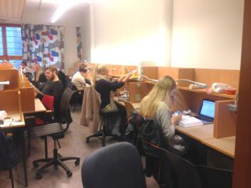 Flere lykkes med i bli doktor i juridiske fag i Bergen enn i Oslo. Samtlige fullførte av kandidatene som startet i Bergen i 2006. Her fra en av lesesalene ved Det juridiske fakultetet på UiB.  (Foto: Rebekka Lae)