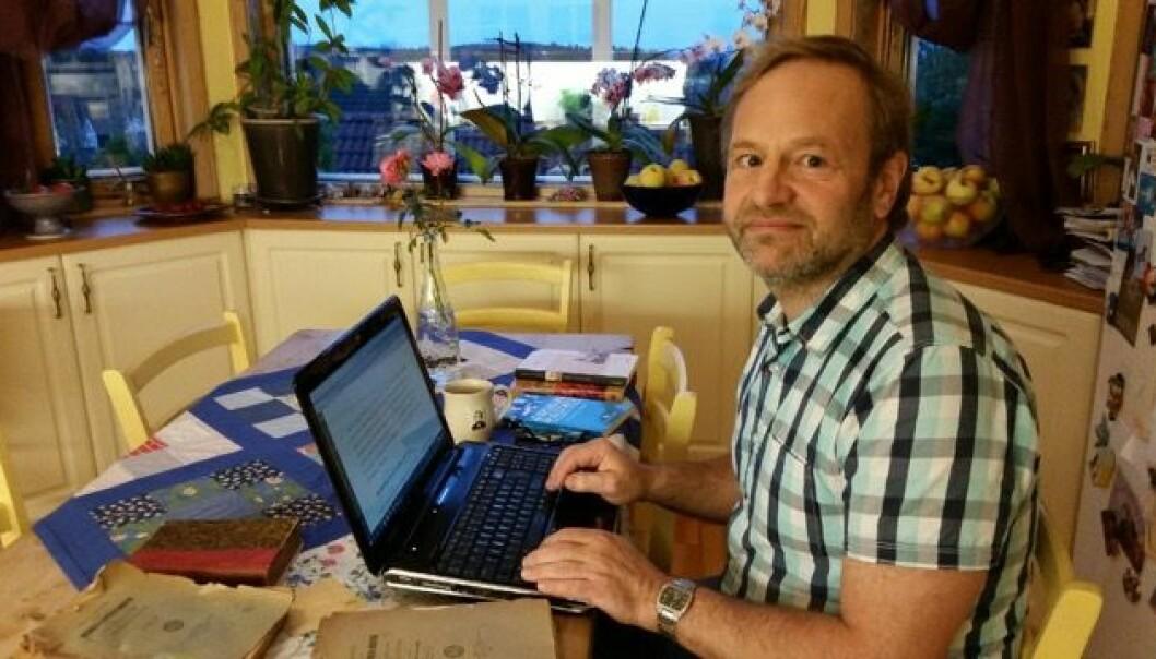 Torleif Hamre brukte 20 år på å bli ferdig med doktorgradsavhandling sin. Med bosted på Eidsvoll valgte han ofte hjemmekontoret som arbeidsplass. – Det var ikke lurt i mitt tilfelle, sier han.  (Foto: Privat)