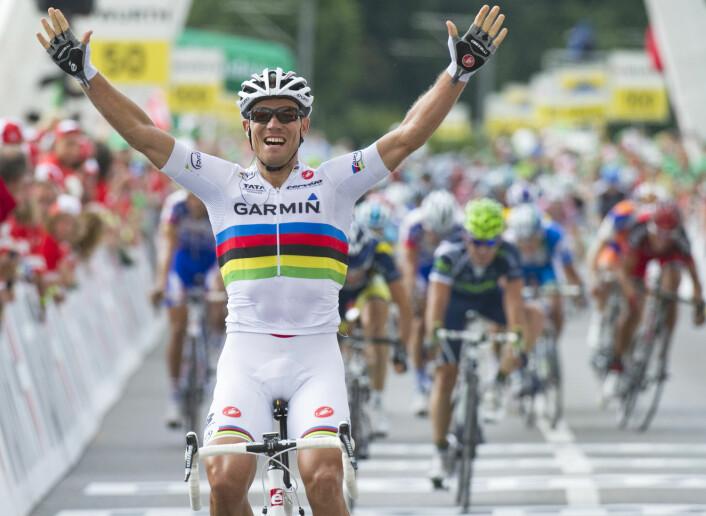 Sveits rundt, 4. etappe 2011. Thor Hushovd sykler inn til sin første seier i verdens fineste sykkeldrakt: regnbuetrøya til verdensmesteren.  (Foto: Denis Balibouse, Reuters)