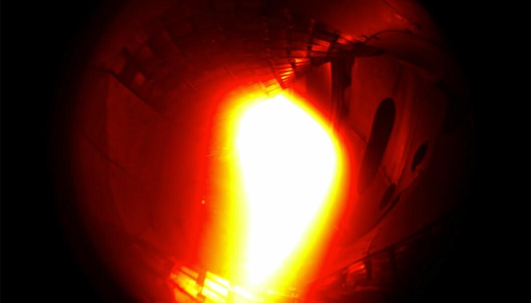 Ett milligram helium lyser opp i det første forsøket på å starte opp fusjonsreaktoren Wendelstein 7-X i Greifswald nordøst i Tyskland. Denne reaktoren har en annen konstruksjon enn i storprosjektet ITER i Frankrike, og kan være en reserveløsning hvis ITER slår feil. (Foto: Fra video av Max-Planck-Institut für Plasmaphysik.)