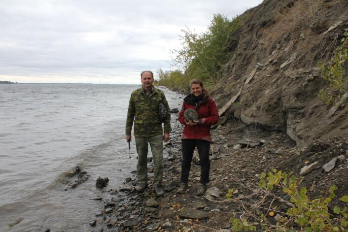 Paleontolog-kollega Vladimir Morov viser meg rundt ved bredden av Volga, på grensa mellom jura og kritt. Sjekk den store ammonitten! Foto: LLD
