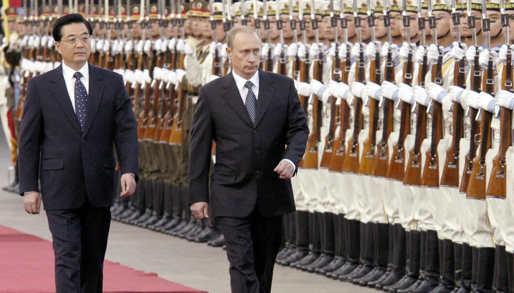 Vladimir Putin på statsbesøk i Kina i 2004. Høyrehånden hans er mye roligere enn venstrehånden mens han går, ifølge et europeisk forskerteam. (Foto: Alexei Panoc/Corbis)