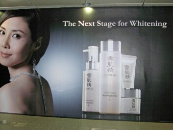 Advertisement for whitening products in Singapore. (Foto: Catrin Lundström)
