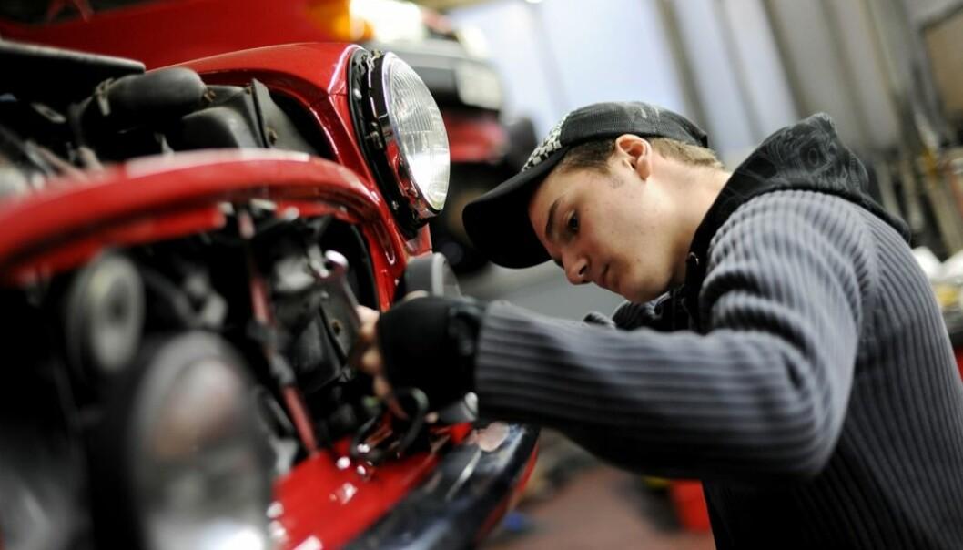 Yrkesfaglige studieretninger bør samarbeide mer med arbeidslivet, slår en ny rapport fra Agderforskning fast. Bedriftene mener skolene henger etter. Det er for eksempel uheldig at elever ved bilmekanikerlinja står og skrur på biler fra år 2000. Biler har endret seg på 15 år.  (Foto: Frank May, Scanpix)