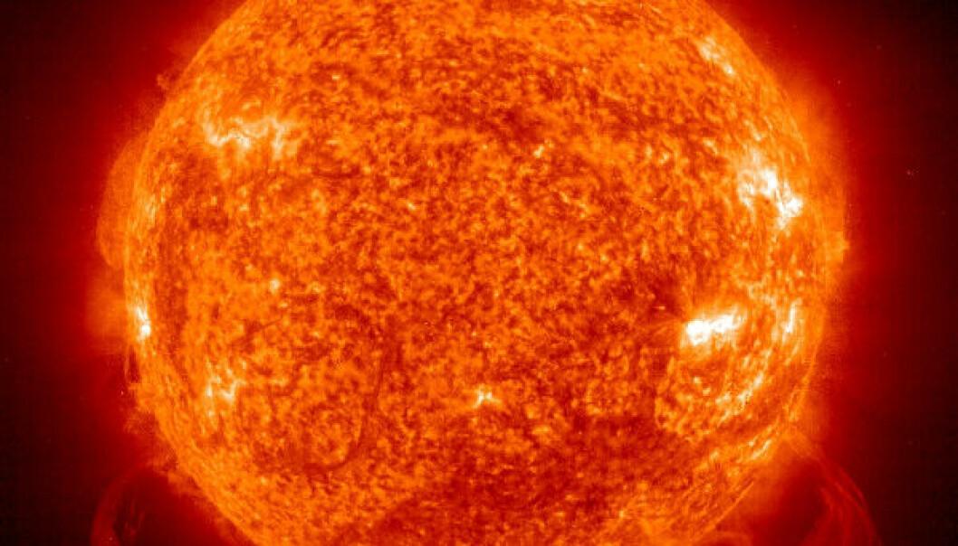 Hvis jorda ikke hadde hatt så stor hastighet rundt sola, hadde vi krasjet rett inn i vår egen stjerne. Det hadde ikke gått bra.  (Bilde: NASA/ESA)