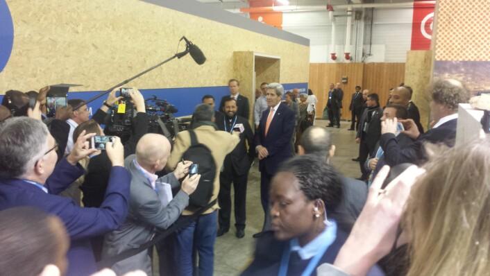 John Kerry har kommet ut fra forhandlingsrommet, og internasjonal presse, og Fredrik Hauge fra Bellona, er på hugget. (Foto: Helge M. Markusson)
