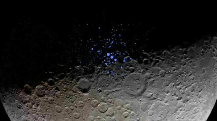 Dette bildet fra romsonden Lunar Reconaissance Orbiter viser kratere rundt månens sydpol der solen aldri når ned. I disse områdene med evig skygge er det frosset vann, viser blant annet målinger fra den indiske romsonden Chandrayaan-1. (Foto: (Bilde: Fra video av Goddard Space Flight Center.))