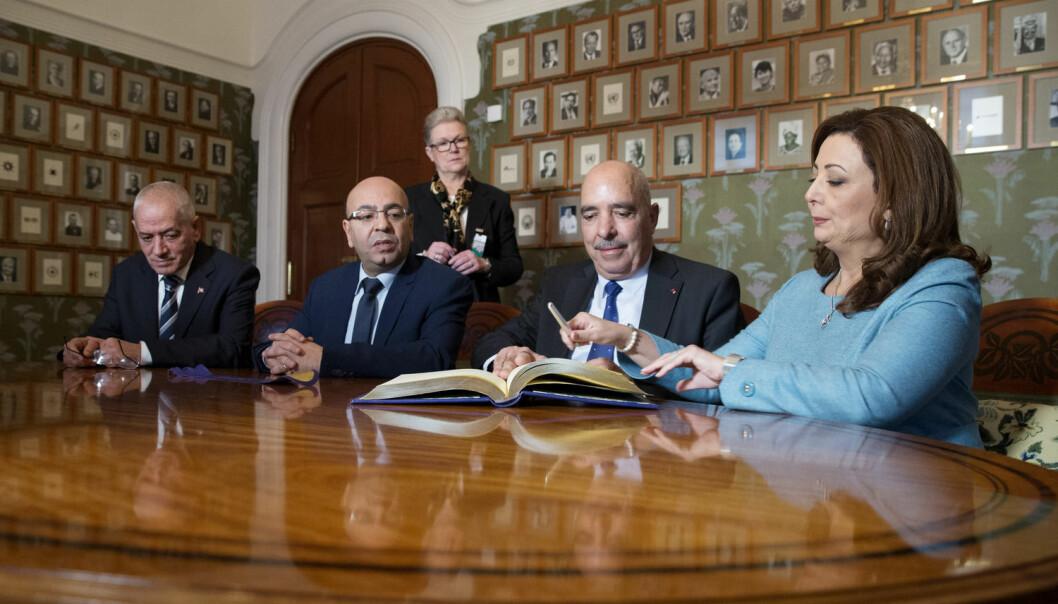 Kvartetten for nasjonal dialog signerer gjesteboka på Nobelinstituttet i Oslo. Fire organisasjoner fikk politikerne i Tunisia til å snakke sammen og kan ha avverget borgerkrig. Nå får de Nobels fredspris for arbeidet. (Foto: Håkon Mosvold Larsen / NTB scanpix)