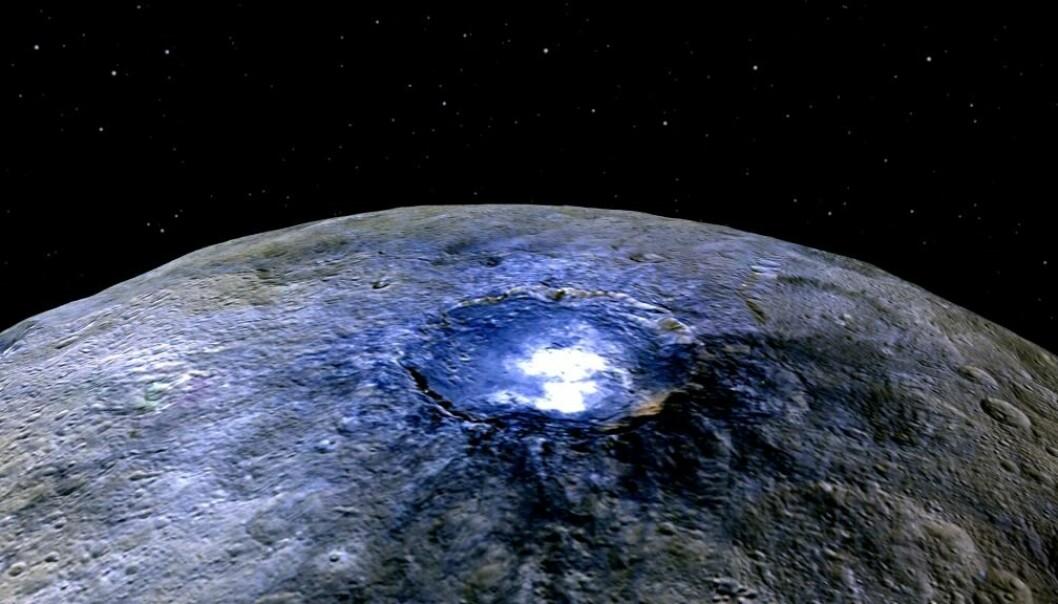 Nye bilder tatt fra romsonden Dawn har avslørt skyer over krateret Occator på asteroiden Ceres. Skyene ligner iståken som dannes når kometer kommer nær sola. Dette bildet er tatt i en avstand av 4425 kilometer. Fargene er falske, i den forstand at bildet er satt sammen av flere svart-hvittbilder tatt med fargefiltre og senere fargelagt. Rødt på bildet tilsvarer nær-infrarødt, grønt tilsvarer synlig rødt lys og blått tilsvarer synlig blått lys. (Foto: NASA/JPL-Caltech/UCLA/MPS/DLR/IDA)