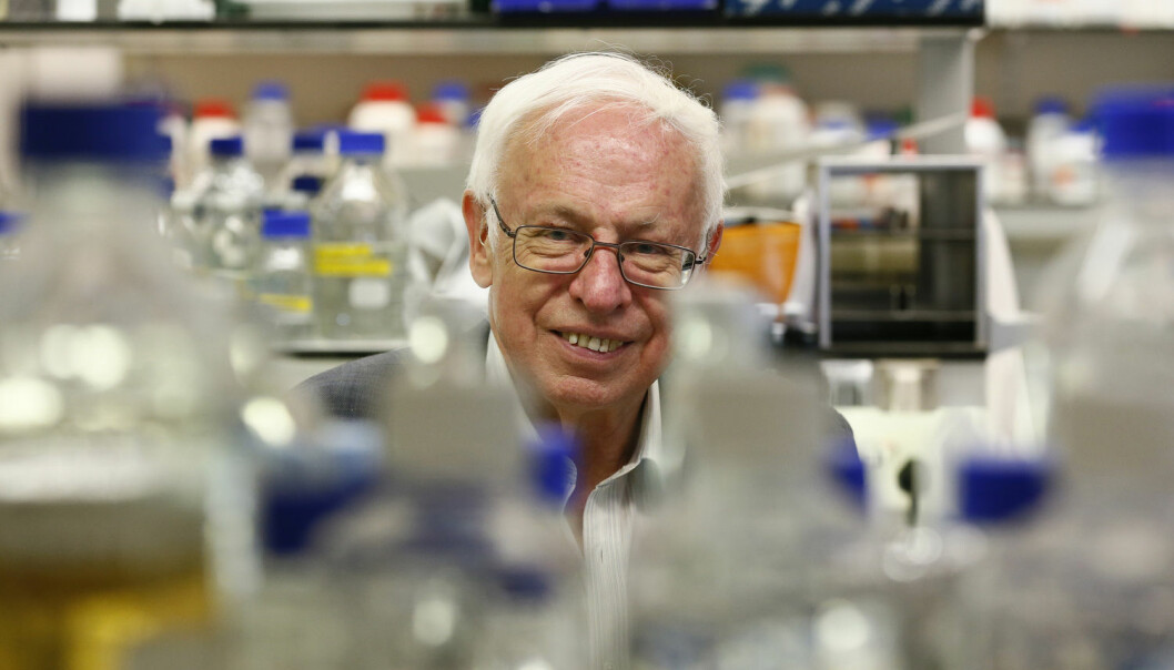 Tomas Lindahl i Clare Hall-laboratoriet etter at det ble kjent at han skal få nobelprisen i kjemi. I dag får han medalj og diplom i Stockholm. (Foto: Reuters)
