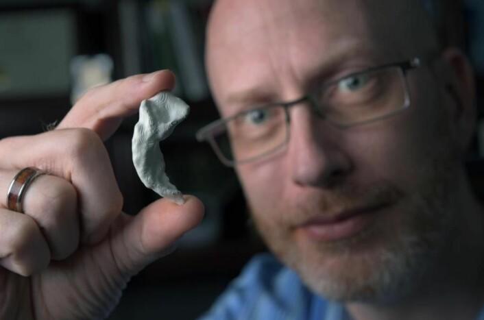Professor Craig Stark viser fram en 3D-printet modell av sin egen hippocampus. Han mener spilling kan gi akkurat denne delen av hjernen god trening.  (Foto: Steve Zylius/UCI.)