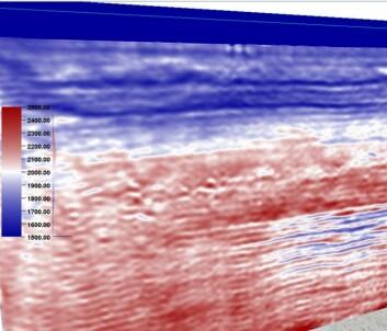 Seismisk modell som viser tynne CO<sub>2</sub>-lag ved Sleipnerfeltet i 2008. Blåtonene representerer områder der lydbølgene har lav hastighet, mens rødt har høy hastighet. Den mørkeblå fargen ned til omtrent 80 meters dybde representerer lydhastigheten i havvann. CO<sub>2</sub>-gassen ligger som blå tynne lag inne i det røde feltet siden lydbølgene i områder med CO<sub>2</sub>, har lavere hastighet enn i omgivelsene. (Foto: (Illustrasjon: Sintef))