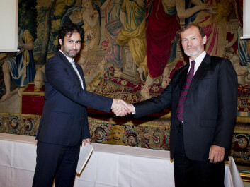 Yasser Roudi (left) accepts The Nansen Award for Young Scientists. He is congratulated by Øyvind Østerud, Chair of the Nansen Fund.  The ceremony was held during the annual meeting of The Norwegian Academy of Science and Letters, at Grand Hotel in Oslo, on 5 May 2014  (Photo by: Scanpix, Vegard Grøtt)