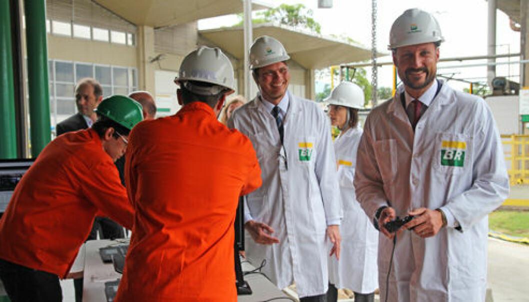 Ved forskningssenteret Cenpes i Rio de Janeiro fikk Kronprins Haakon teste roboten DORIS, som er resultatet av et norsk-brasiliansk samarbeid. Den norske forskeren Pål Johan From fra Norges miljø- og biovitenskapelige universitet (NMBU) og Universidade Federal do Rio de Janeiro (UFRJ) demonstrerte roboten for Kronprinsen. (Foto: SIU)