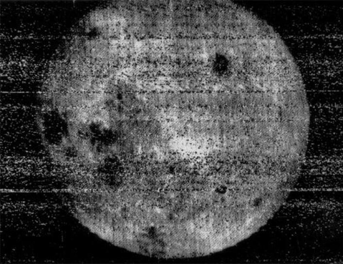 Det første bilde tatt av månens bakside fra den sovjetiske romsonden Luna 3, 7. okober 1959. (Foto: NASA)