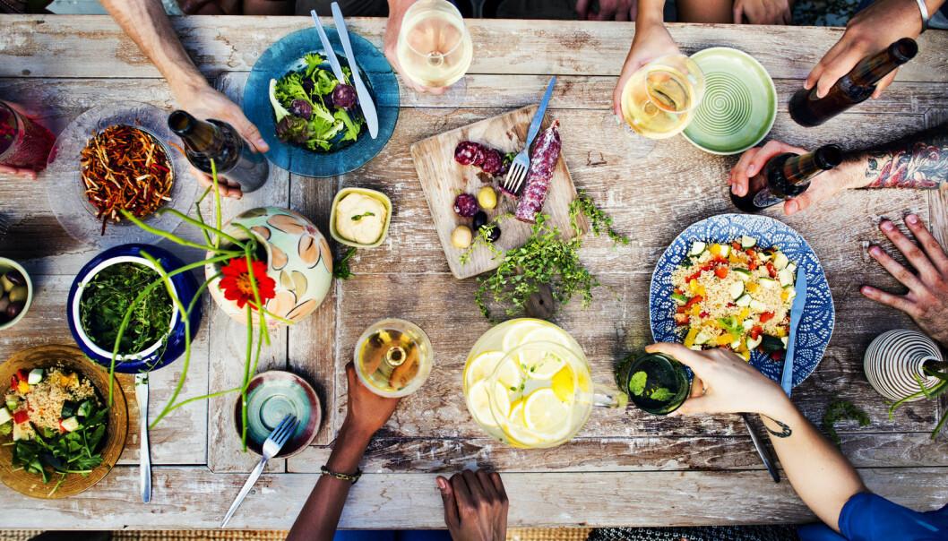 Det riktige kostholdet er avhengig av hvilke bakterier du har i tarmen. Et nytt dataprogram kan bruke tarmbakteriene til å fortelle deg hva du skal spise – og hva du skal unngå.  (Illustrasjonsfoto: Rawpixel.com, Shutterstock, NTB scanpix)