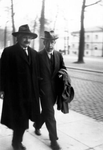 Her ser vi Albert Einstein og Niels Bohr i samtale om den forunderlige kvantemekanikken. De ble aldri enige om det fenomenet Einstein døpte «spooky action at a distanse»: At ting kan påvirke hverandre selv om de er fysisk atskilt. (Foto: Paul Ehrenfest)