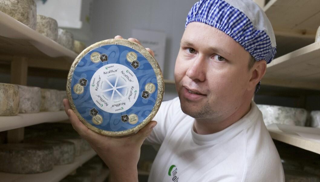 En ost med stedsegen smak. Prisvinnende meieribestyrer Egil Smith-Meyer i Tingvollost. (Foto: Privat)