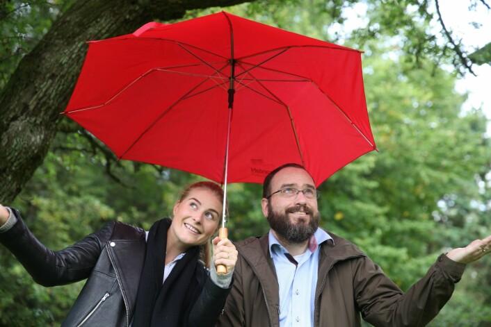 Kaia Bing og Jon Arne Engan fra NMBU jobber med å finne løsninger for å håndtere mer og kraftigere nedbør. (Foto: Liv Røhnebæk Bjergene)