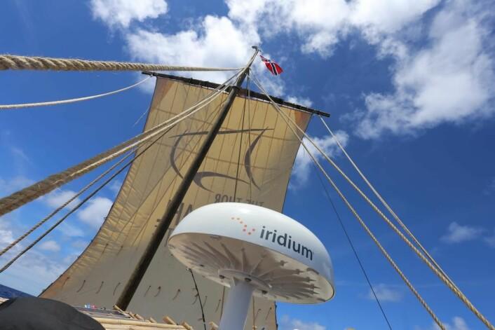 Harde vinder og stødig teknikk bringer ekspedisjonen mot Påskeøya i cruisefart.  (Foto: Håkon Wium Lie, Kon-Tiki 2)