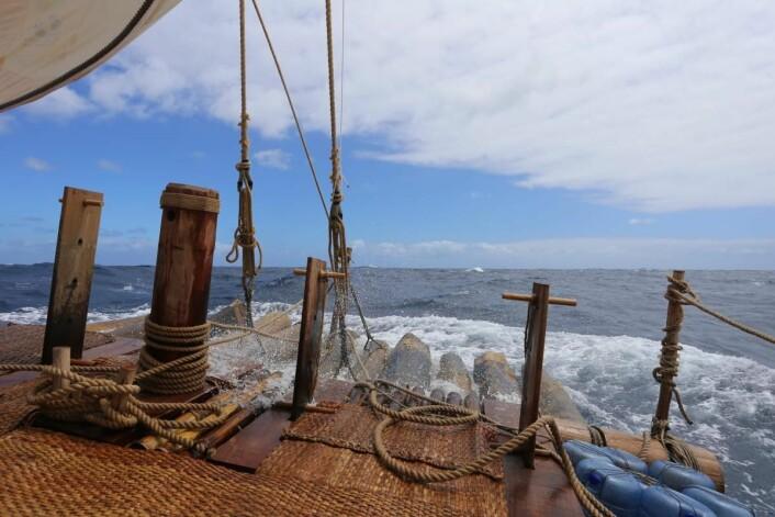 Det er kanskje ikke land i sikte, men å være halvveis til Påskeøya er verdt en feiring ombord Kon-Tiki 2. (Foto: Håkon Wium Lie, Kon-Tiki 2)