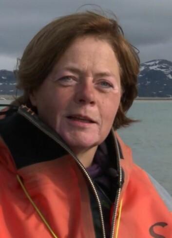 Aud Larsen er forsker ved Uni research i Bergen og leder et av forskningsprosjektene i Ny-Ålesund. (Foto: Skjermdump fra «De usynlige hjelperne», Warholm Film)