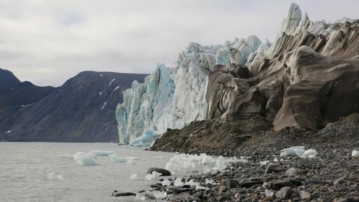 Isbre ved Kongsfjorden på Svalbard kalver.  (Foto: Ingvill Warholm, Warholm Film)