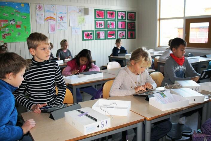 Alle elevene på Åskollen skole har fått hvert sitt nettbrett. Dette handler også om at skolen skal bidra til å utjevne forskjeller, ifølge rektor Lars Christian Gjøsæther. (Foto: Hege Breen Bakken)