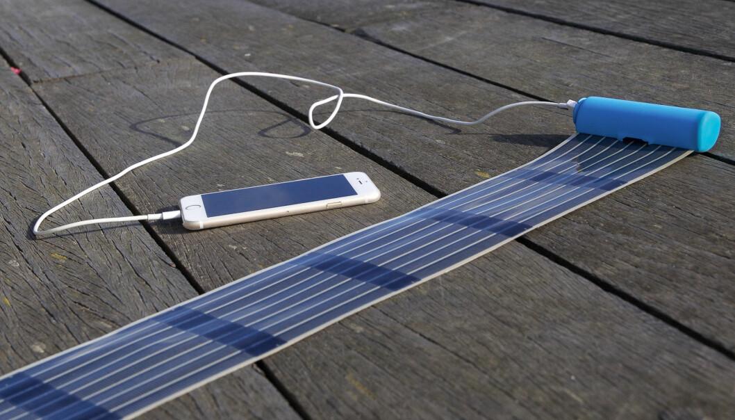 Solcelleladeren rulles ut og forbindes til mobiltelefonen som blir ladet opp i løpet av 2–3 timer, hvis solen skinner. Se flere bilder og en video av produktet på Kickstarter.com. (Foto: infinityPV)