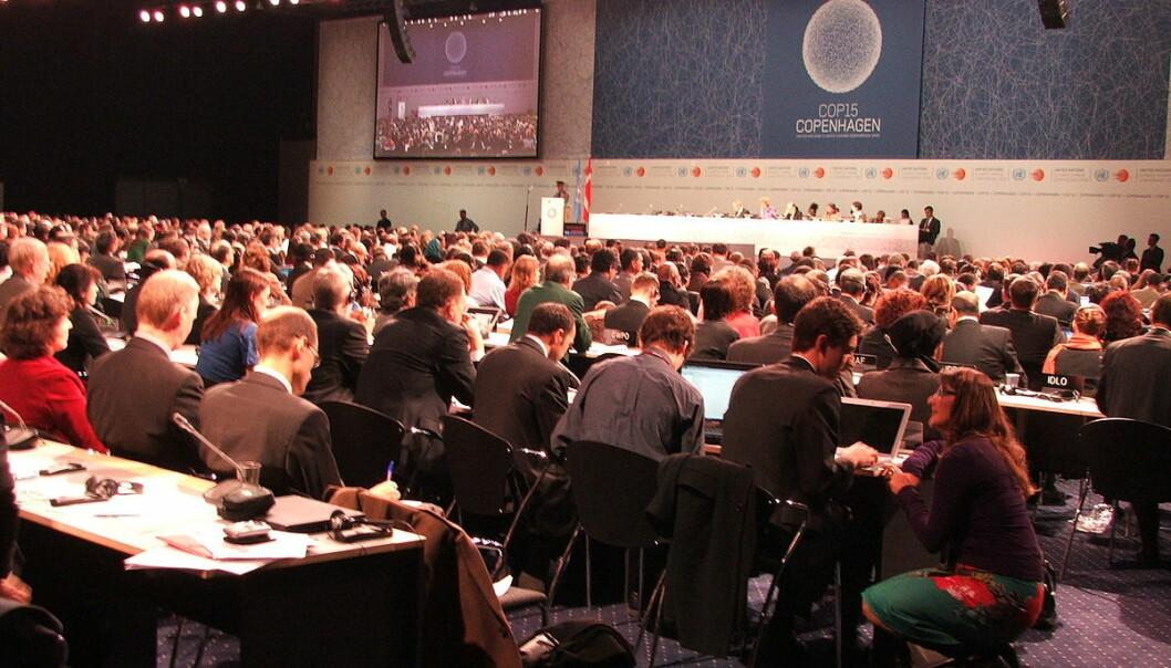 Siden 1995 har det vært årlige COP-møter i regi av FN. Her er åpningen av COP 15 i København i 2009, som mange forskere og politikere betrakter som en fiasko.  (Foto: Ellie Johnston, Creative Commons BY 2.0)
