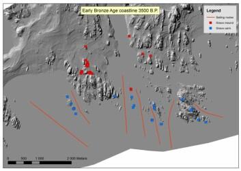 Kartet viser landskapet ved kysten i Vestfold i tidlig bronsealder. De røde markeringene viser fordelingen av gravhauger og de blå fordelingen av gravrøyser. De røde linjene viser potensielle seilruter inn mot land. (Foto: (Illustrasjon: NIKU))