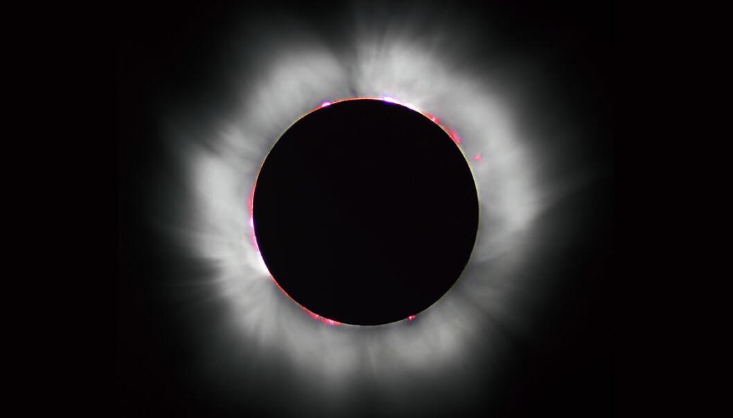 Når måneskiven glir foran sola ved nymåne oppstår total solformørkelse. Da blender ikke solskiven oss, slik at vi kan se det hete, hvite sløret av gasser rundt sola, koronaen. Nærmest solskiven flammer røde protuberanser opp. Solformørkelser er sjeldne fordi månebanen er litt skjev i forhold til jordas bane rundt sola. Som regel går derfor måneskiven litt over eller under solskiven. Dette bildet er tatt i Frankrike i 1999. (Foto: Luc Viatour / www.Lucnix.be, Creative Commons https://creativecommons.org/licenses/by-sa/3.0/deed.en)