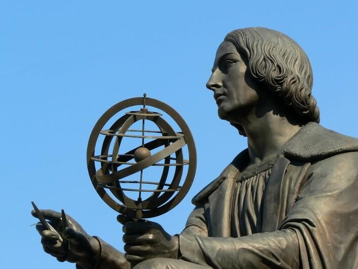 Kopernikus er mest kjent for å i 1543 komme med den moderne formuleringen av det heliosentriske verdensbilde, hvor jorden og de andre planetene roterer rundt solen. (Foto: Shutterstock)