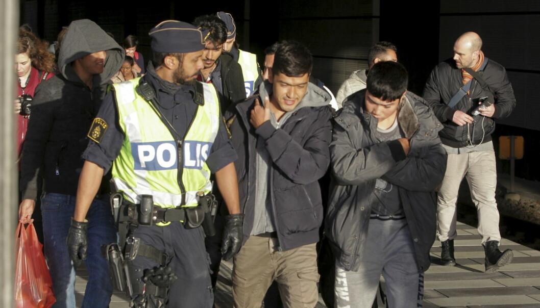 Hvordan gjør vi flyktninger og innvandrere til gode medborgere i de nordiske velferdsstatene? Spørsmålet opptar mange samfunnsvitere. Her en gruppe migranter som kommer til Sverige fra Danmark – hvor de ikke ville være.  (Foto: Reuters/NTB)
