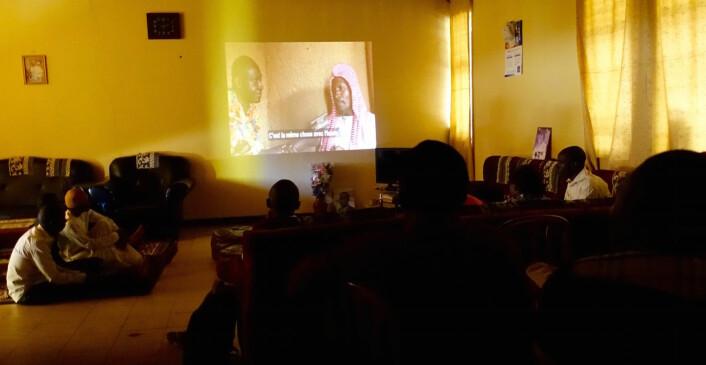 Scenen med Mallam Oussoumanou på veggen, under visningen av filmen for pèrè-studentenes kulturorganisasjon sist helg. (Foto: Trond Waage)