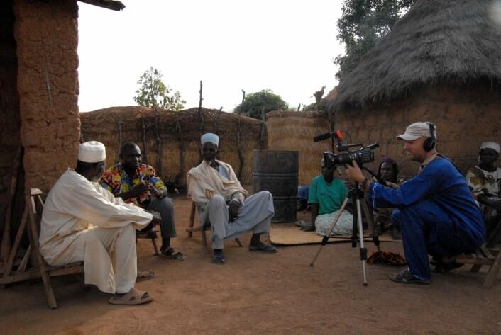 Filmteamet på besøk hos sannsigeren og fetisjøren Kanou Sangabou. (Foto: Trond Waage)