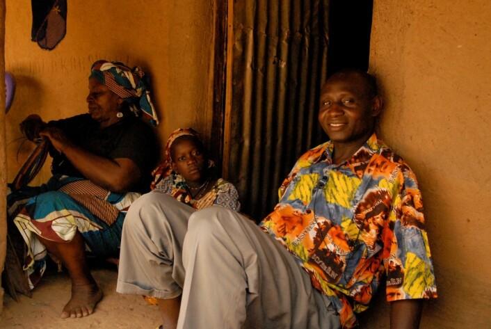Soumou Boukar etter intervjuet med Doudou, som har vært slave og konkubine hos sultanen i 44 år.  (Foto: Trond Waage)