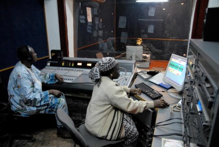 Klargjøring før sending i CRTV-studio i Ngaoundéré, Adamaoua-provinsens hovedstad i Nord-Kamerun. (Foto: Trond Waage)