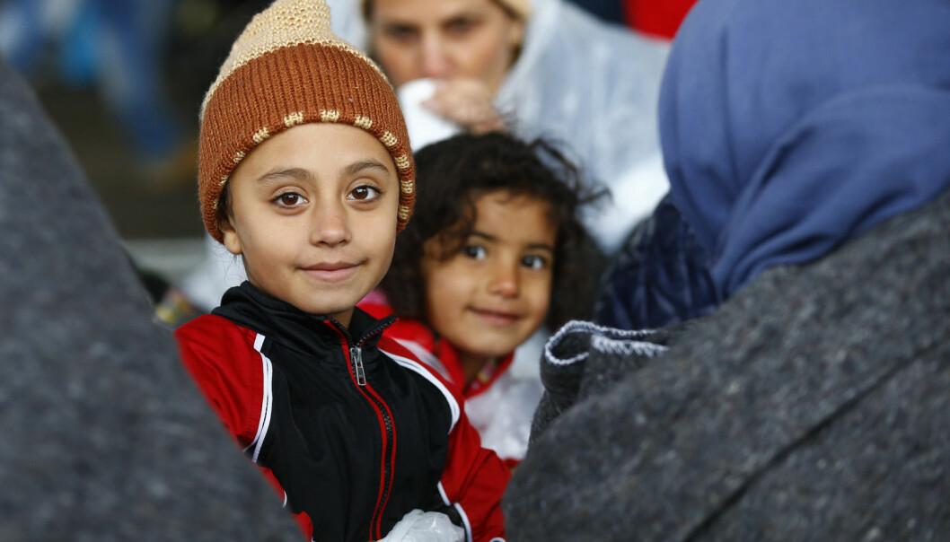 Hver av de siste ukene er det kommet i gjennomsnitt 50 enslige asylsøkerbarn under 15 år til Norge. UDI anslår at det kan komme opptil tusen i løpet av året. Bildet viser flyktninger som akkurat har kommet seg over grensa og inn i Østerrike tidligere i høst. (Foto: Leonhard Foeger, Reuters)