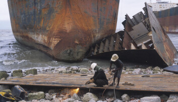 Arbeidere ved skipsopphuggings-plass ved Chittagong i Bangladesh. NILU-målinger viser at høye nivåer av miljøgifter i lufta. (Foto: akg-images)