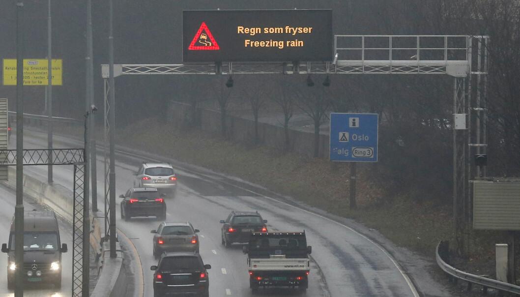 Statens Vegvesen advarer mot underkjølt regn på lystavlene på E18 mellom Oslo og Asker tirsdag. (Foto: Erik Johansen, NTB scanpix)
